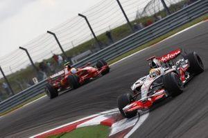 Lewis Hamilton, McLaren MP4-23 Mercedes, leads Felipe Massa, Ferrari F2008