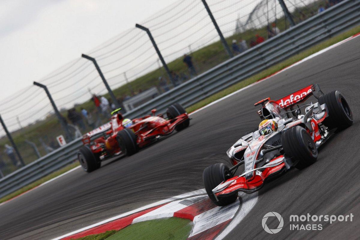 Lewis Hamilton, McLaren MP4-23 Mercedes, precede Felipe Massa, Ferrari F2008, GP della Turchia del 2008
