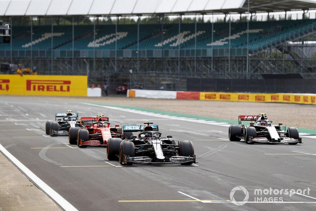Lewis Hamilton, Mercedes F1 W11, Kevin Magnussen, Haas VF-20, Charles Leclerc, Ferrari SF1000, e Valtteri Bottas, Mercedes F1 W11, provano la procedura di partenza