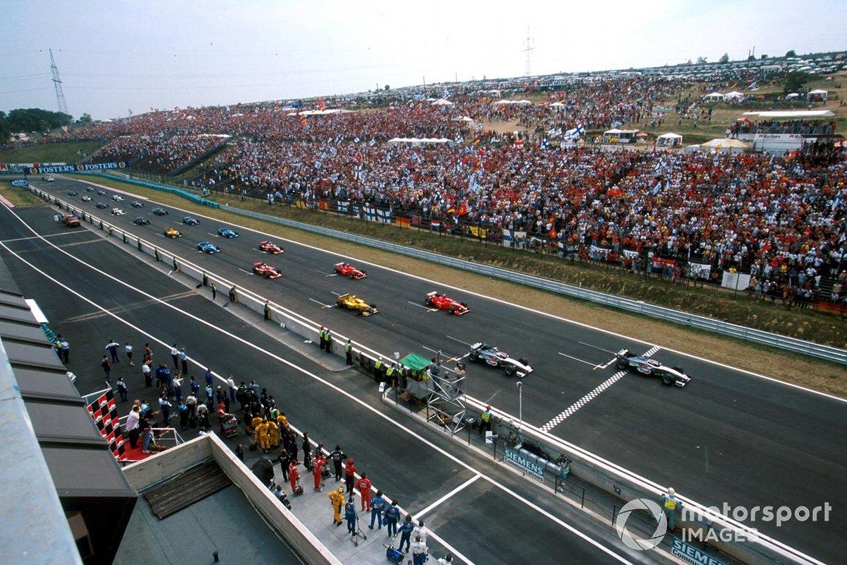 В то время трасса близ Будапешта почти не использовалась для гонок между этапами Ф1, потому нечетные стартовые позиции давали большое преимущество: они находились на траектории, где асфальт был чистым…