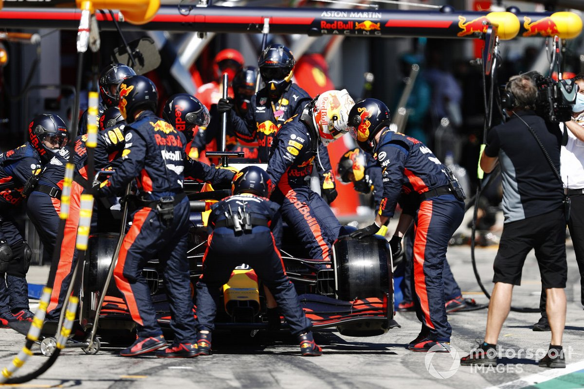 Max Verstappen, Red Bull Racing RB16, regresa a los pits y se retira