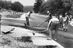 Yeni asfaltın sıcak yüzünden kırılması, yarışın iptal edilmesine neden oluyor