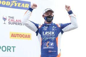 Le gagnant de la course Ashley Sutton, Laser Tools Racing Infiniti Q50