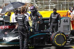 Lewis Hamilton, Mercedes-AMG F1, arrives on the grid