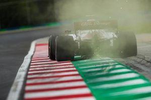 Искры от Alfa Romeo Racing C39 Роберта Кубицы