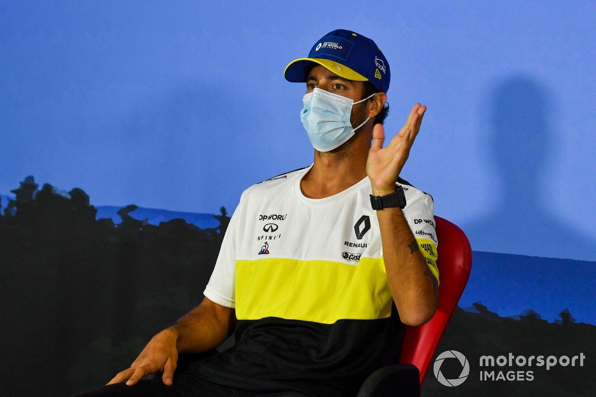Daniel Ricciardo, Renault F1 Team en la conferencia de prensa