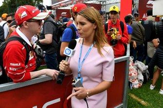 Un membro della stampa parla ai fan