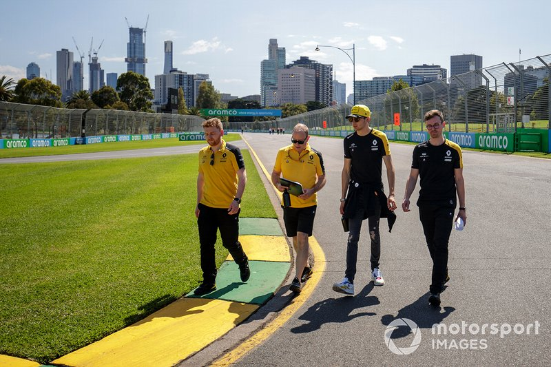 Esteban Ocon, Renault F1 Team e i membri del team camminano sulla pista