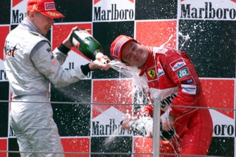 Podio: ganador de la carrera Mika Hakkinen, McLaren y Rubens Barrichello, Ferrari