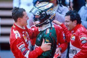 Eddie Irvine, Jaguar R3 celebra su tercera posición con el ganador de la carrera Michael Schumacher, Ferrari F2001
