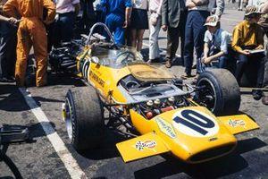 El McLaren M14A Ford de Dan Gurney en el paddock