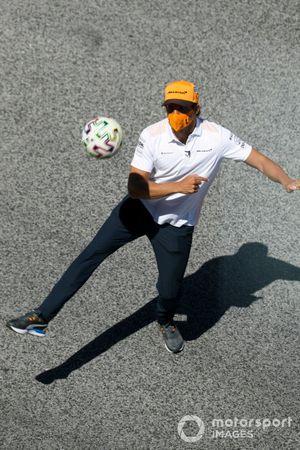 Carlos Sainz Jr., McLaren juega fútbol
