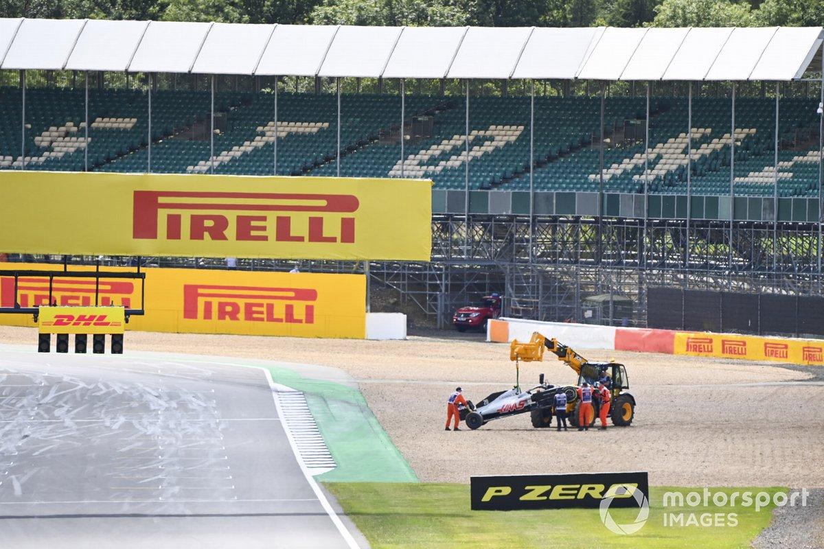 Un JCB recupera l'auto di Kevin Magnussen, Haas VF-20