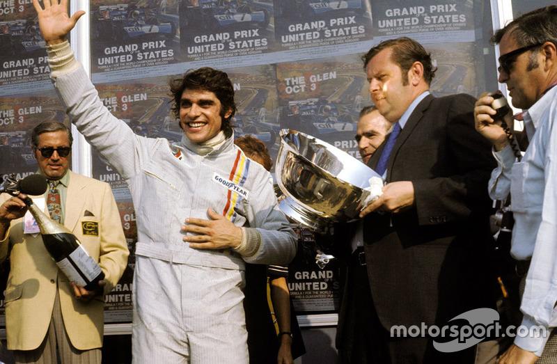 Francois Cevert, Tyrrell, célèbre sa première victoire en F1 sur le podium.