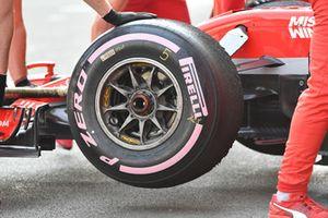 Ferrari SF71H, ruota anteriore con pneumatico Pirelli