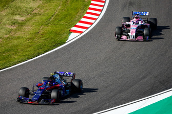 Pierre Gasly, Scuderia Toro Rosso STR13, leads Sergio Perez, Racing Point Force India VJM11