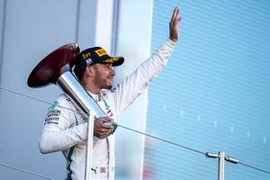 Lewis Hamilton, Mercedes AMG F1 avec son trophée sur le podium