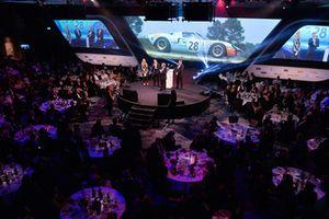 Jacky Ickx reçoit un Gregor Grant Award des mains de Tom Kristensen