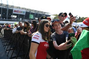 Tatiana Calderon, pilote de développement d'Alfa Romeo Sauber F1 Team, fait un selfie