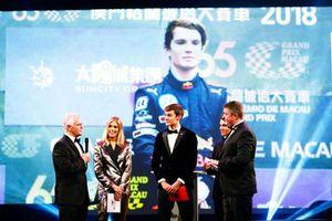 Le pilote Williams F1 George Russell, et le pilote McLaren F1 Lando Norris sur scène pour donner le prix de pilote britannique national de l'année à Dan Ticktum, prix reçu par Derek Warwick