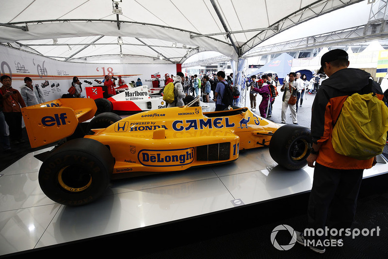 Fans melihat mobil-mobil F1dari tim Lotus, McLaren, dan BAR yang ditenagai mesin Honda