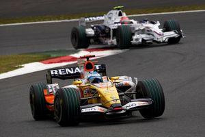 Fernando Alonso, Renault R28 voor Robert Kubica, BMW Sauber F1.08