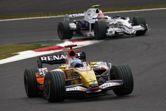 Fernando Alonso, Renault R28 leads Robert Kubica, BMW Sauber F1.08