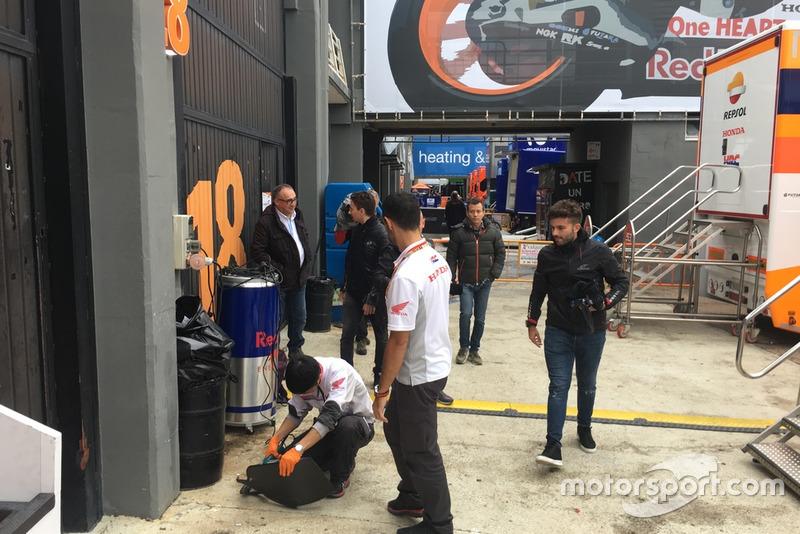 Primera entrada de Jorge Lorenzo al box de Honda