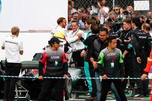 Lewis Hamilton, Mercedes AMG F1, celebra con su equipo luego de asegurar su quinto campeonato mundial de pilotos