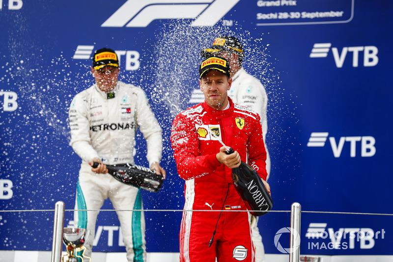 Curiosamente Vettel, que fue tercero y pierde casi todas sus opciones de mundial, parecía el más eufórico en el podio