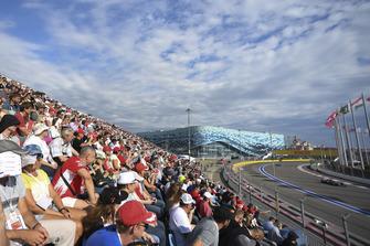 Des fans regardent passer Valtteri Bottas, Mercedes AMG F1 W09