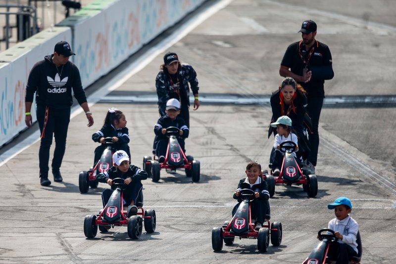 Une course de karting pour enfants