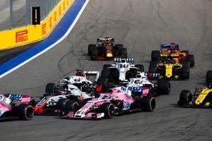 Romain Grosjean, Haas F1 Team VF-18, devant Sergio Perez, Racing Point Force India VJM11, Marcus Ericsson, Sauber C37, Sergey Sirotkin, Williams FW41, Lance Stroll, Williams FW41, Carlos Sainz Jr., Renault Sport F1 Team R.S. 18, Nico Hulkenberg, Renault Sport F1 Team R.S. 18, Fernando Alonso, McLaren MCL33, et Max Verstappen, Red Bull Racing RB14, au départ