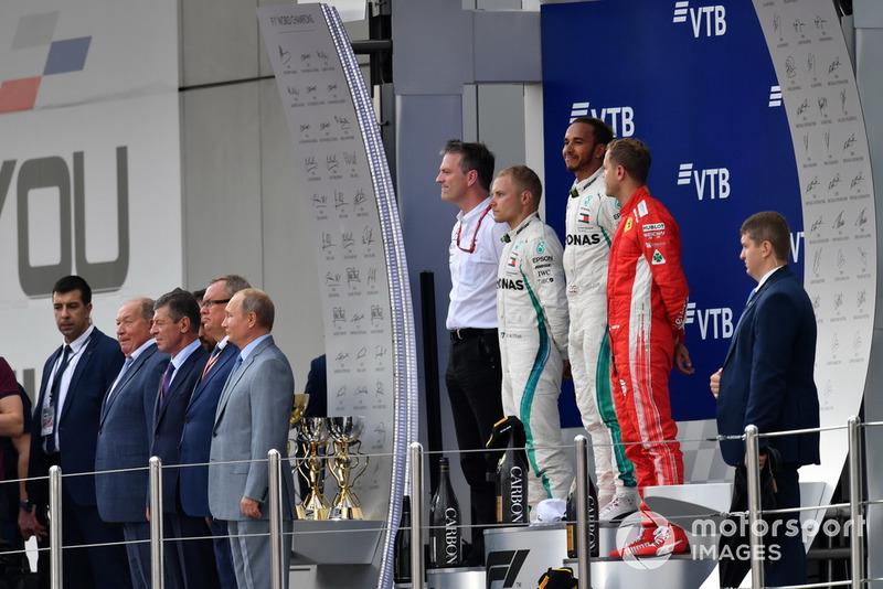 James Allison, directeur technique Mercedes AMG F1, le deuxième, Valtteri Bottas, Mercedes AMG F1, le vainqueur Lewis Hamilton, Mercedes AMG F1 et le troisième, Sebastian Vettel, Ferrari sur le podium