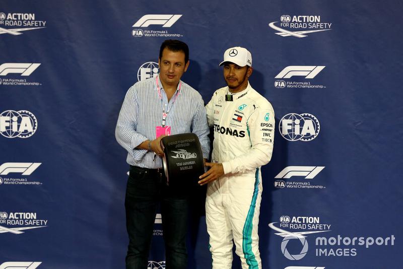 Lewis Hamilton, Mercedes AMG F1 recibe el premio Pirelli Pole Position en Parc Ferme
