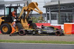 The crashed car of Nico Hulkenberg, Renault Sport F1 Team R.S. 18 is recovered
