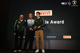Il Direttore di Pirelli Motorsport, Mario Isola, premia Giacomo Altoe