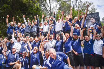 بطل العالم سيباستيان أوجييه وجوليان إنغراسيا، أم-سبورت فورد فييستا دبليو آر سي ومالكولم ويلسون، مُدير فريق أم-سبورت