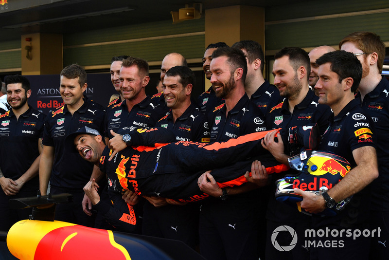 Daniel Ricciardo, Red Bull Racing and mechanics at the team photo