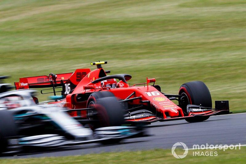 Charles Leclerc, Ferrari SF90, pasa a Lewis Hamilton, Mercedes AMG F1 W10