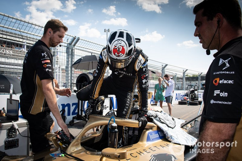 Andre Lotterer, DS TECHEETAH climbs into his DS E-Tense FE19 on the grid