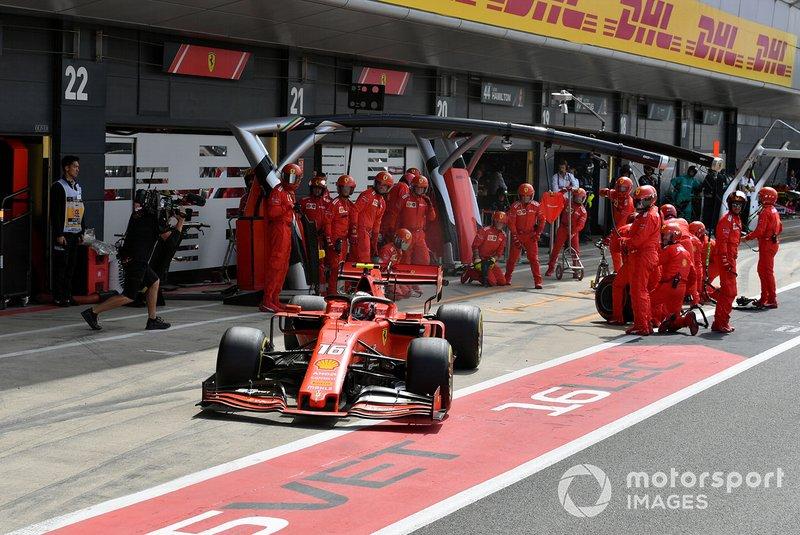 Charles Leclerc, Ferrari SF90, lascia il suo pit box dopo una fermata