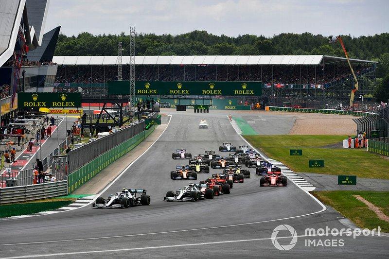 Valtteri Bottas, Mercedes AMG W10 precede Lewis Hamilton, Mercedes AMG F1 W10 e Charles Leclerc, Ferrari SF90, alla partenza della gara