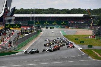 Valtteri Bottas, Mercedes AMG W10 devant Lewis Hamilton, Mercedes AMG F1 W10 et Charles Leclerc, Ferrari SF90 au début de la course
