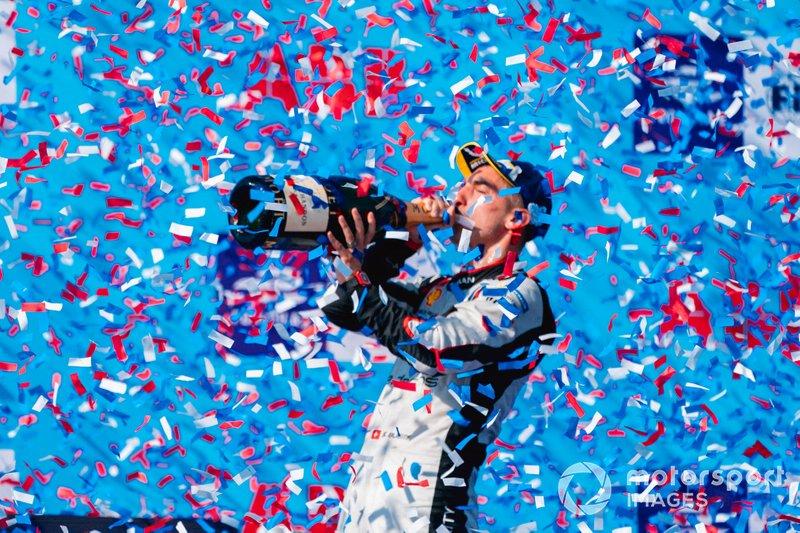 Il vincitore della gara Sébastien Buemi, Nissan e.Dams festeggia con lo champagne sul podio
