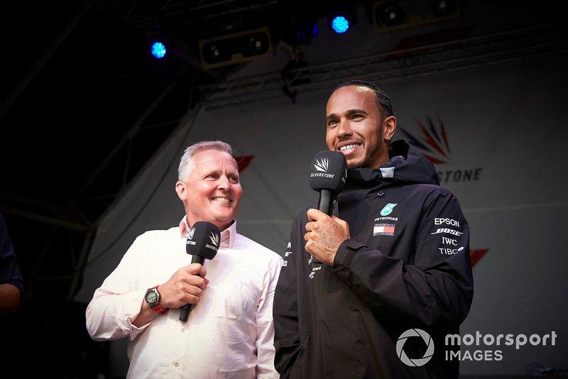 Johnny Herbert, Sky Sports F1, y Lewis Hamilton, Mercedes AMG F1, en el escenario