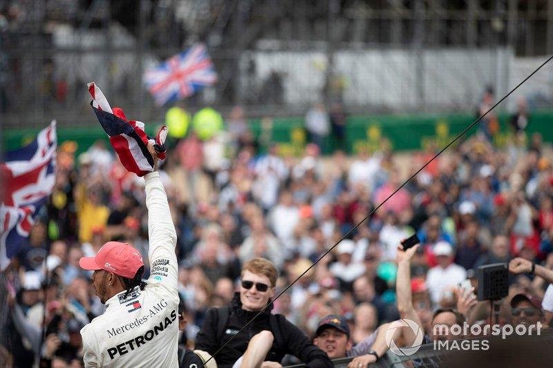 Il vincitore della gara Lewis Hamilton, Mercedes AMG F1, festeggia con i tifosi