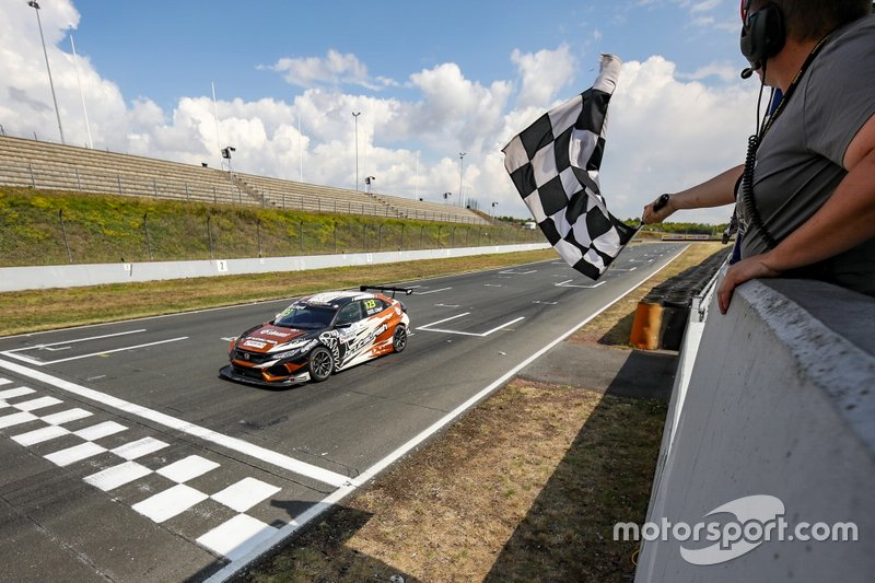 Il vincitore della gara Daniel Lloyd, Brutal Fish Racing Team Honda Civic Type R