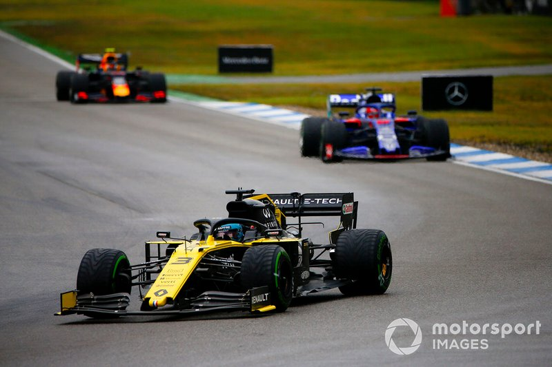 Daniel Ricciardo, Renault F1 Team R.S.19, al frente de Daniil Kvyat, Toro Rosso STR14, y Pierre Gasly, Red Bull Racing RB15