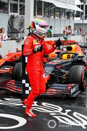 Sebastian Vettel, Ferrari, 2º clasificado, celebra en el Parc Ferme